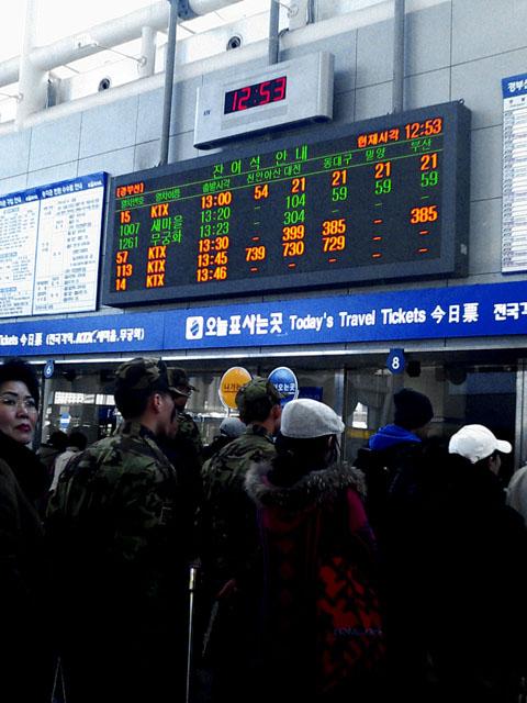 KTX切符売り場<br />軍人も並んでいるところが、いかにも韓国らしい...