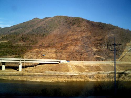 工事中<br />新線の工事をしていた。<br />この部分が完成するとソウル−釜山の日帰りがお手軽となるであろう。