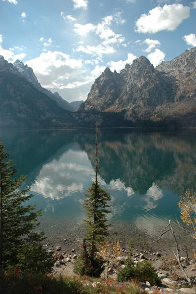 【ジェニーレイク】湖に映る山の影。オフシーズンの為、閑散としているが、その静けさがまたグー。