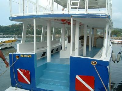 これが今回乗った船。<br />友人の知り合いがやっている船という事で通常の3分の1くらいの料金で乗せてもらえました。<br />去年は10人乗りくらいの「ボート」で行ったので、もう全然乗り心地が違います!<br />でも、小さいボートの方が小回りが効いたり他にも利点があるので、一概に大きい方が良いとは言えませんが。