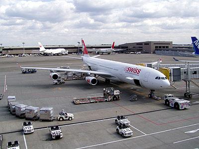 成田からチューリッヒまでは、LX169便です。この日はスイスのA340の中では一番新しいHB-JMIです。<br />
