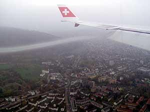 この便では、機長の計らいでチューリッヒ到着時カメラ、ビデオの撮影が許されました。<br />日曜の朝チューリッヒ到着なのでチューリッヒ湖上空から空港へ着陸するコースとなりました
