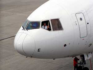 スペシャルフライトは2便運航され、私は2便目、本当の最後のフライトに乗りました。<br />写真は1回目のフライトを終えて空港に戻ってきたところです。<br />機長が手を振っていました。