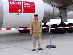 MD11への搭乗はタラップから行われました。<br />乗る前に第一エンジンの前で記念撮影をしてもらいました。最近はボーディングブリッジから搭乗する空港が多くなりましたねぇ