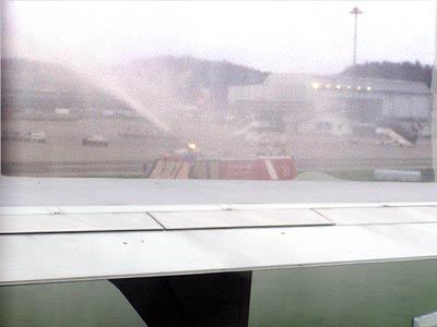 約1時間ちょいの飛行でチューリッヒ空港に戻ってきました。<br />ターミナルに入る直前に消防車が左右から放水してウォーターゲートを作り労をねぎらいます。水のシャワーを浴びてMD11が進みます。