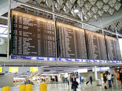 スペシャルフライトの後、フランクフルト経由で帰国です。フランクフルトまではスイスのA319で来て、ココでキャセイ航空のトランジットです。<br />時間があるので、空港をうろつきました。ターミナル1に行くとまだパタパタ式のビルボードが健在でした