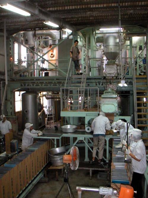 製糖工場で3ヶ月ほど働いた。<br />朝8時から夜8時まで、翌週は夜8時から朝8時まで。日勤・夜勤の交代日は、お互いに18時間づつ働く。<br /><br />私は黒糖液の糖度が71度になるまでじっと待って、71度になったらハンドル操作をして糖液を移す作業。個人作業でじっとしているのが多かったから、皆でわいわいしゃべりながらやっている持ち場の人が羨ましかった。だって色んな所からやって来た色んな人がいて面白いねんもん。<br /><br />労働時間も長くてやりたい事が出来ず、ストレスでお菓子ばっかり食べて激太り。島に来る時に穿いてきたズボンが入らんくてびっくり恐ろしかった。