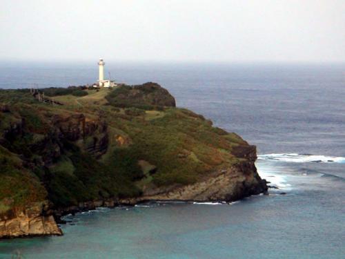 与那国は日本最西端の島。夏は20時過ぎに夕日が沈むらしい。西崎(いりざき)展望台から日本で最後に沈む夕日を見るひと時は、とっても贅沢な気持ちになる。<br />東崎(あがりざき)からは朝日を眺めることもできます。