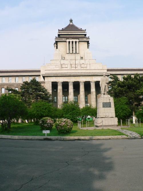 満州国の最高行政機関だった旧国務院。日本の国会議事堂を、まねて1936年に完成。当時は地下道で関東軍司令部や長春駅とつながっていたそうだ。現在は展示コーナーがありそれ以外は大学が使用している。