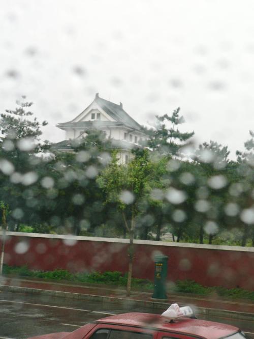 雨の中、車窓から撮った旧関東軍指令部。お城のような建物だ。現在は中国共産党吉林省委員会。
