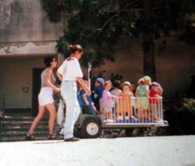 保育園の子供達かな?集団移動中。かわいい♪