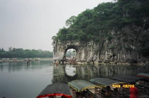 桂林:象鼻山公園にて 。2004.4.30撮影