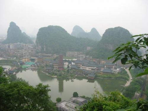 桂林:畳彩山頂上より(450段登坂)