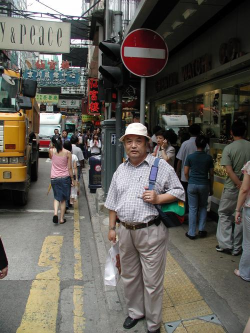 6月17日。<br />香港は九龍に到着し、港粤酒店にチェックイン。<br />さて、右も左も判らない状態ですが、今日は来る時に助っ人が居りまして、広州の大型レストラン総経理の魏小姐が、「一緒に行って上げるわ」と軽く付いて来てくれました。(^^)v<br /><br />取り敢えず、メインの目的「ビザ申請」の為に、新文華中心へと行ってきました。<br />ここでは、日本で申請する30日滞在期限付きの面倒な「外交部」発行マルチビザではなく、全有効期限内なら何日でも滞在可能な「公安部」発行のマルチビザが受けられるんです。<br />行ってみるととても簡単で、写真と900HK$、用紙に名前だけ書けばOKと、書類まで簡単簡潔!<br />日本で取る外交部のマルチビザでは、大陸の関係者の住所と連絡先、そして過去の渡航歴などが必要ですが、ここでは何にも要りませんでした。<br />滞在が長い人は、30日毎に出ない場合の交通費やらを考えると、一度香港に行って取ってしまえば、1年間は費用も節約出来る上に、楽に行動出来ますね。<br /><br />そのあと、数時間だけですが彼女についてウロウロしました。