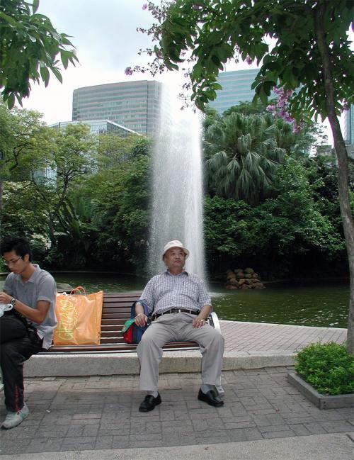 彼女と別れてから、近所の九龍公園へ。<br />香港の雑踏の中に、ポッカリ浮かんだ大きな公園。<br />中にはいると、大都会の雑踏から抜け出した感じで、<br />とても不思議な感覚。