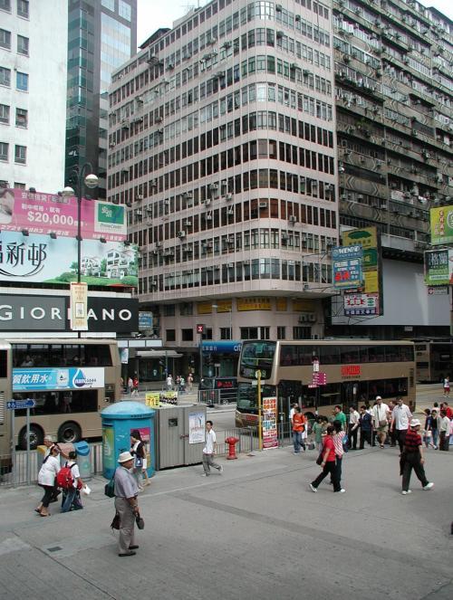 九龍公園の南東出口。<br />ここには、地下鉄尖沙咀入り口もあります。<br /><br />見えている道路は彌敦道(ネーザンロード)です。