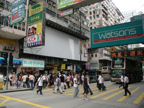 彌敦道と横断歩道。<br /><br />実は一年後に、この反対側から写真撮影する事など、<br />欠片も考えつかなかった・・・<br />次の2005年6月の香港紀行までお楽しみに!