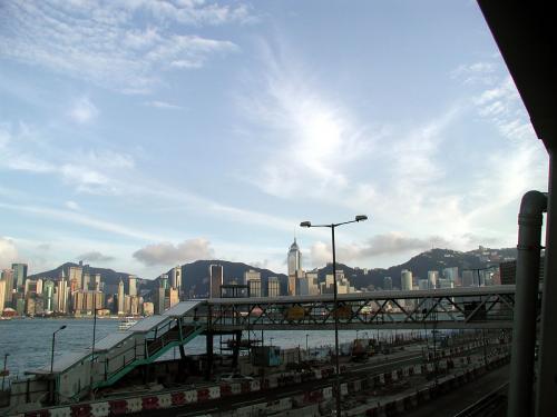 おお!その歩道橋を突き当たると、<br />まだ道路は越えていませんが、香港島が丸見え!!<br />