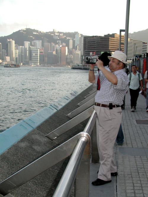 海岸縁にたどり着き、爺ぃは早速ビデオ撮影に励みます。