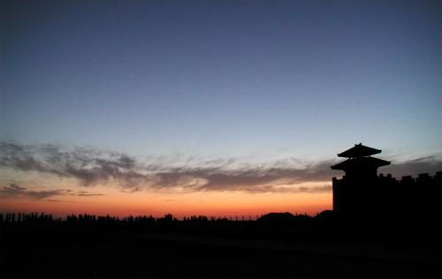 朝5時に出発し、空いている戈壁灘の直線を120kmで飛ばしてきたので、1時間も掛からずに到着。<br />6時でしたがもう既に明るくなってきています。<br />でも、早すぎて陽関博物館の門が開いていません。。。<br />陽関はこの博物館の向こうです。入場しないと奥へは行けないのでしょうか・・・?