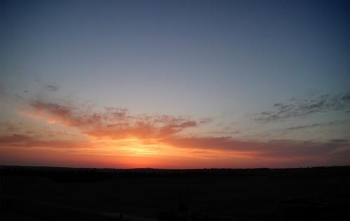 見つかっても入場料は払えばいいし、兎に角目の前に現れて仕舞いそうな日の出をカメラに納めるのが先決。<br />すると、始まりました!!<br />朝日が昇るまでをご覧下さい!