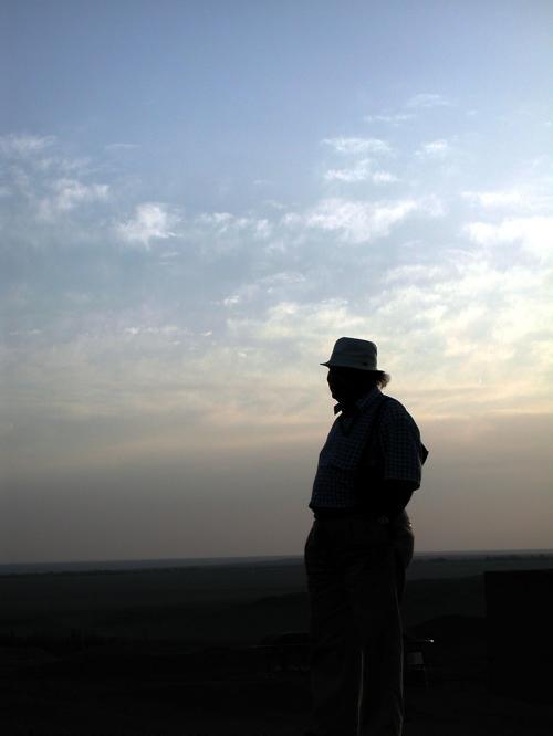 ちょっと演出をば・・・(^^;<br /><br />朝日を浴びて佇む中国独創画家。