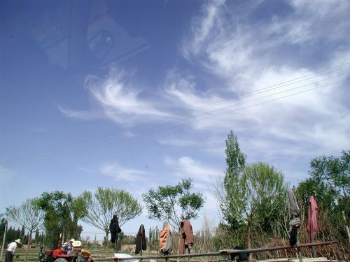 出発したのは11時頃。<br />今日の気温は13℃−32℃、到着した頃のお天気はきっと最高な感じ。<br />道中、敦煌名物「飛天雲」が同行してくれています。