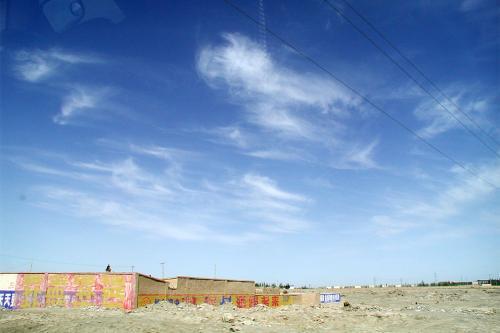 異常に碧い空。<br />車の窓に貼られているスモークのせいです。(^^ゞ