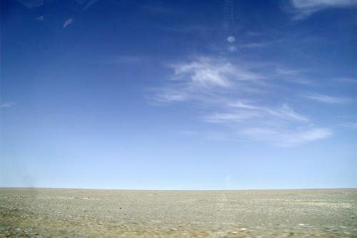 地平線。<br />広角レンズの効果で湾曲しています。<br />真ん中に決めたかったのですが、走る車からなので上手く行きません。道が良くないので中で人が跳ねていますから・・・