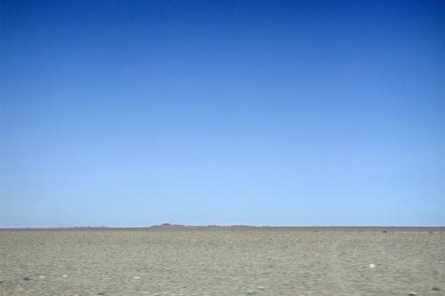 遠くに見える岩の山。<br />戈壁灘に出来る地貌(地形の造形)です。