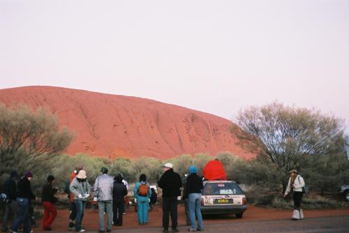 日の出20分くらい前。寒い!けっこうキャンピングカーで来る人もいました。(多分Aussieですが)