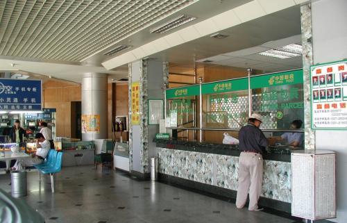 あ、これは敦煌郵政局の中です。<br />一階は郵政局、二階は電信局になっています。<br />中国の田舎の施設にしては、結構綺麗でしょ。