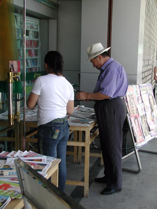 ストーリーとは全然関係ないんですが、電信局の玄関口脇の書店で見掛けた、敦煌ではかなり珍しい感じのダンディーなおじぃさん。<br />スラックスの股上が長いのが、少しアカ抜けしてない感じ・・・(^^;