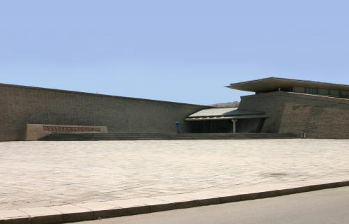 陳列館到着。<br />これはチケット売り場の真向かいにあります。<br />西藏文物展はここの二階でやっていました。<br />中国にしては超珍しい入場無料。<br />実は、この陳列館は、日本投資の建物で、無料が条件になっているらしいです。