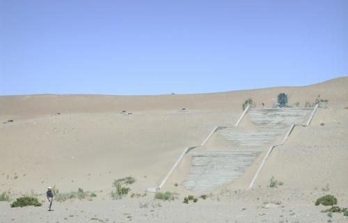 撮影後は、莫高窟を見下ろす砂漠の丘陵にあった、常書鴻さんのお墓を参ってきました。<br />場所は写真のような感じのところで、なんか素っ気なく寂しい気がします。。。