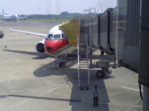 8月6日午前11時、中国東方航空272便で成田発、西安へ。<br />ところが途中、北京へ立ち寄り、その後西安空港で4時間遅れ敦煌空港へ着いたのは、予定の午後9時より大幅に遅れ12時過ぎとなってしまった。