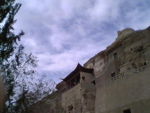 敦煌館泊のあと、7日まず莫高窟へ。前日に珍しく雨が降り、砂が湿り色が濃くなっていた。