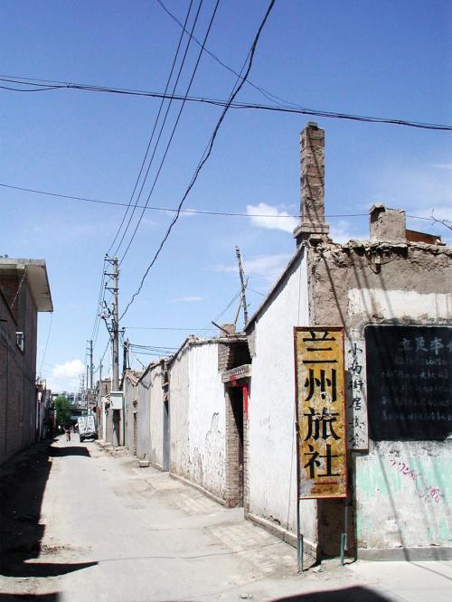 ここは、平均的な市民の家。<br />「平房」と呼ばれる、所謂「平屋(長屋)」ですね。<br /><br />切れ目が玄関で、中は数世帯が住む形の「四合院」を形成しています。
