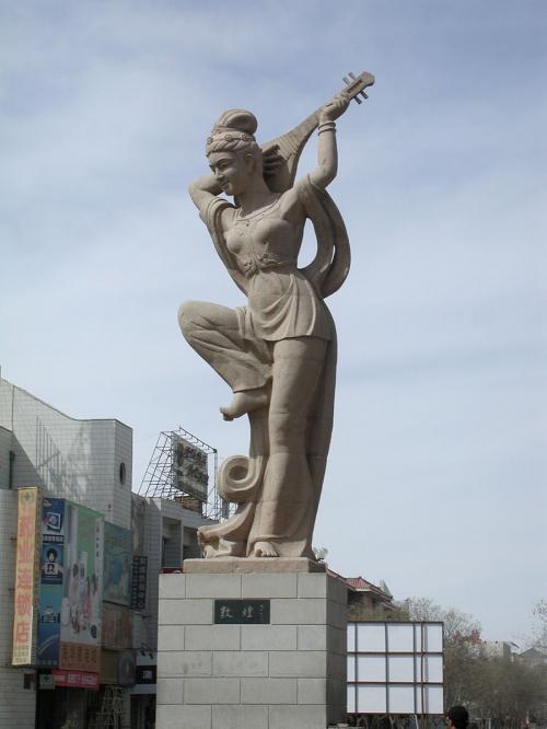 トコトコ歩いて到着した所は、街の中心ロータリーにある「反弾琵琶」像。<br />昼を過ぎると逆光になって仕舞い、正面が撮せません。