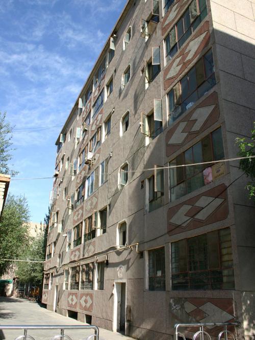 ボクらが住んでいるアパートです。<br />手前の入り口が5単元、その4階です。