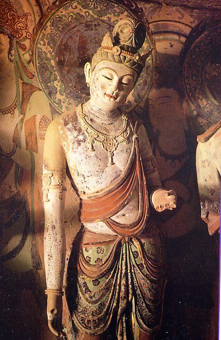 45窟の脇侍菩薩像。NHK取材班の「シルクロード第2巻」敦煌より。莫高窟内部は撮影禁止のため借用しました。見た中では白眉。