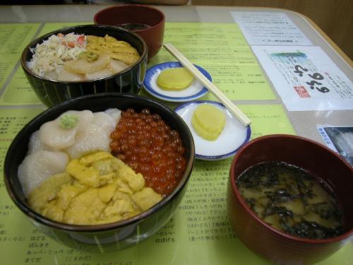 函館朝市の中にある食堂で食べた海鮮丼。おいしかったのだが、有名なお店のようで、まるでお客を扱うのが流れ作業の一貫であるかのような感じだった。