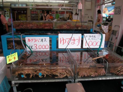 水が冷たいせいか、夏場でもカニが採れるため、店先にも並んでいる。