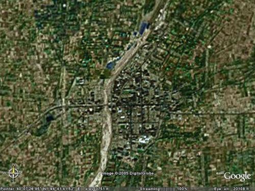 敦煌市上空。<br />北緯:40°07′26.95″<br />東経:94°41′41.52″<br />海抜:1,300m<br /><br />左下から北東上がりで大きな河に向かい、河を渡って東西に横切っている道が、市のロータリーに繋がるメイン道路(画像中央部)。<br />西は陽関、玉門関、東は空港、莫高窟へ。