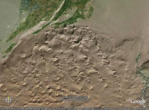 鳴沙山周辺図。<br />真ん中上辺りが敦煌市と月牙泉、東端に莫高窟。