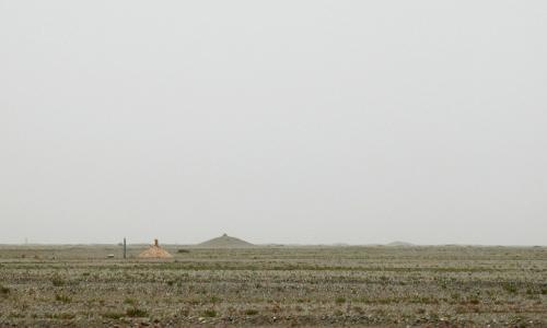ちなみに、そのお墓はこんな感じです。<br />三角錐の盛り土タイプのモノが多く、はっきり見えているような標準サイズから、遠くに見える幅の広い大型のものなど、色々な大きさのお墓が点在しています。