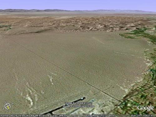 その逆で、飛行場側から俯瞰で眺めてみました。<br />左に莫高窟、右正面に鳴沙山が見えています。<br />遠くに見えている山脈は祁連山脈。
