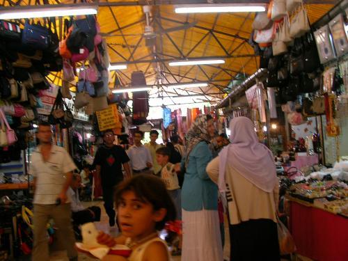 シャンルウルファのバザール。おみやげものはあまりなく、スカーフなどトルコの人が日常的に使うものが多い感じです。