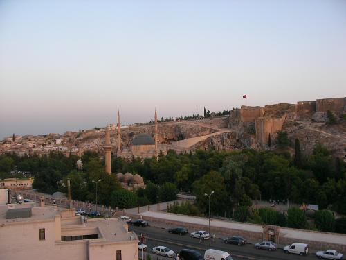 泊まっていたホテルの屋上から眺めた景色です。シャンルウルファ城とジャミィが見えます。