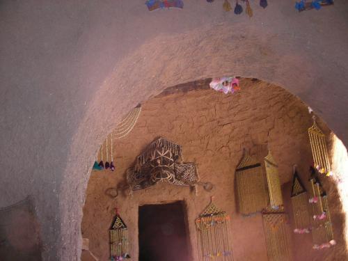 ハランの家の内部。じゅうたんが敷き詰められ、さまざまな飾りつけがされています。キッチン、客間など、思いのほか広い。ハランの人の伝統的な衣装を着せてもらって写真を撮ったりもしました。